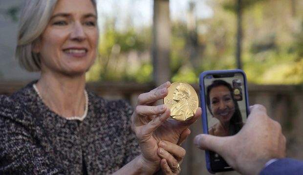 Jennifer Doudna '85 holds up the gold medallion